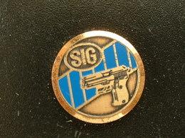 Pin's TIR - PISTOLET - SIG - Autres