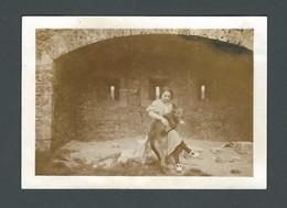 Photo Ancienne Jeune FEMME WOMAN FRAU Devant Un Fort Avec Son Chien Dog PET Sur Les Genoux - MODE D'AUTREFOIS - Fotos
