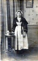 Belle Carte Photo D'une Femme En Tenue Bretonne Avec Sont Petit Sac Posant Chez Elle A La ROCHELLE ( Voir Scan Arrière ) - Personnes Anonymes