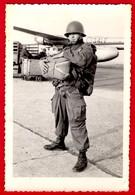 --PHOTO ENA -PAU / PARACHUTISTE MILITAIRE / AVION En Arrière Plan -- - Guerre, Militaire