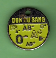 1 Jeton De Caddie *** DON DU SANG - LES GROUPES SANGINS *** (0345) - Moneda Carro