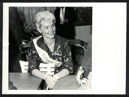 Photo Ancienne 1960 Snapshot 12 X 9 - Femme Pin-up Elan Syndical Sh02 - Pin-ups