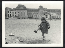 Photo Ancienne 1960 Snapshot 12 X 9 - Plage De Trouville Hôtel Le Chatham Enfant Qui Joue Sh05 - Places