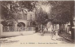 D17 - FOURAS - BOULEVARD DES DEUX PORTS - Femmes élégantes Sur Le Boulevard En 1er Plan-Cycliste-Plusieurs Personnes - Fouras-les-Bains