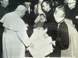 PAPE JEAN XXIII EXAMINANT UN BOUT DE LAINE  ROME ITALIE + 119 AUTRES PHOTOS NOIR-BLANC - Personnes Anonymes