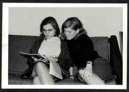 Photo Ancienne 1963 Snapshot 12 X 9 - Deux Jeunes Femmes Pin-up En Jupe Sh22b - Pin-ups