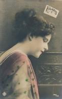 CPA Colorisée Femme Félicitations N° 1499/500  Circulée Timbre - Femmes