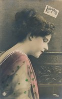 CPA Colorisée Femme Félicitations N° 1499/500  Circulée Timbre - Vrouwen