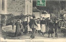 CPA Vicdessos Une Rue Un Jour De Foire - Autres Communes