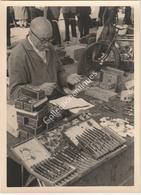 Photographie Argentique Après Guerre - Bruxelles - Vieux Marché - Place Du Jeu De Balle - Marolles  - Vendeur De Stylos - Luoghi