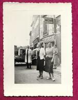 Ancienne PHOTO 11 X 8,5 Cm De 1939.. FEMMES, CHAUFFEUR Devant L'Hôtel Du Cheval Blanc à VERDUN (55)... PIN UP....2 Scans - Pin-up