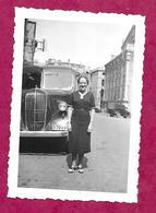Ancienne PHOTO 9 X 6 Cm De 1939.. FEMME Devant Le CAR, AUTOCAR, En Excursion à VERDUN (55).... PIN UP - Pin-up