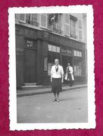 Ancienne PHOTO 9 X 6 Cm De 1939.. FEMME Devant L'Hôtel Du Cheval Blanc, En Excursion à VERDUN (55).... PIN UP - Pin-up