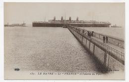 """LE HAVRE - N° 137 - LE PAQUEBOT """" FRANCE """" ET L' ENTREE DU PORT AVEC PERSONNAGES - CPA NON VOYAGEE - 76 - Paquebots"""