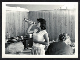 Photo Ancienne 60's Snapshot 12 X 9 - Femme Pin-up Qui Boit à La Bouteille Alcool Sh22e - Pin-ups