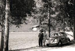 Photo Originale B.B. VW Käfer, Coccinelle, Volkswagen Type 1 (1938-2003) En Mode Romantique Au Bord D'un Lac Vers 1950 - Automobili