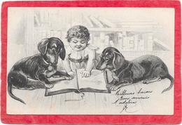 CHIENS - Deux TECKEL Et Bébé Devant Un Livre - Hunde