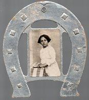 Photo Enfantine Encadrée D'un Fer à Cheval (PPP19450) - Anonymous Persons