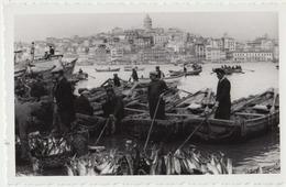 Istanbul , Turquie. Photo Originale Années 1960. Pêcheurs, Barques Poissons. Etat Parfait.2 Scans. - Professions