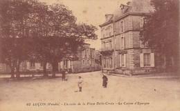 85. LUCON. CPA  UN COIN DE LA PLACE BELLE CROIX. LA CAISSE D'ÉPARGNE. ANIMATION + TEXTE. - Lucon