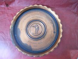 PÉTANQUE GENEVOISE - PLAT En Alliage Avec Décor Bouliste En Relief - Diamètre 26cm- Alexandre WEHRLI - 1964 - Bocce