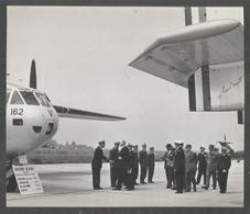 Rare Photo 20 / 17 Cm : General De Gaulle Au Cev De Bretigny  Visitant Les Nouveaux Avions  ( Civile ,militaire ? ) - Bretigny Sur Orge