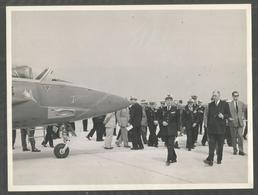 Rare Photo 24 / 18 Cm : General De Gaulle Au Cev De Bretigny ?  Visitant Les Nouveaux Avions  ( Civile ,militaire ? ) - Bretigny Sur Orge