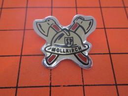 910B  PIN'S PINS / Rare Et De Belle Qualité ! / Thème : POMPIERS / SAPEURS POMPIERS CASQUE HACHE MOLLKIRCH - Volkswagen