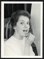 Photo Ancienne 60's Snapshot 12 X 9 - Femme Pin-up En Train De Se Mettre Du Rouge à Lèvres Sh43 - Pin-ups
