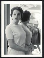 Photo Ancienne 60's Snapshot 12 X 9 - Femme Pin-up Devant Un Miroir De Magasin De Vêtements Sh46 - Pin-ups