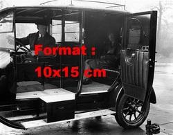 Reproduction D'une Photographie Ancienne D'un Conducteur Et Un Passager Dans Un Nouveau Taxi De Londres En 1930 - Repro's