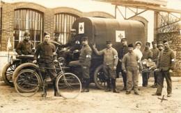 France - Militaria - 14/18 - Carte-Photo - Une équipe De La Croix-Rouge - Camion , Cycliste , Infirmière Et Infirmiers - War 1914-18