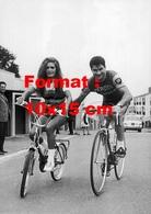 Reproduction D'une Photographie Ancienne De Dalida Sur Une Bicyclette Poussée Par Raymond Poulidor En 1968 - Reproductions