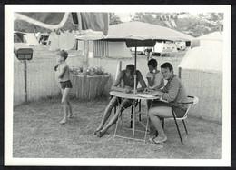 Photo Ancienne 1966 Snapshot 12 X 9 - Personnes Sous Un Parasol Au Camping Sh57 - Anonymous Persons