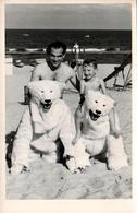 Photo Originale Déguisement & Eisbär, Ours Blanc Polaire, Père & Fils Sur Dos & Duo De Eisbär à La Plage Vers 1950/60 - Anonymous Persons