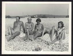 Photo Ancienne 60's Snapshot 12 X 9 - Femmes En Bikini Sur La Plage Sh66 - Anonymous Persons