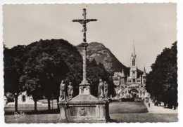 CPM Lourdes La Croix Des Bretons Et La  Basilique - Lourdes