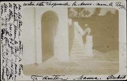 Photo Cp Rumänien, Mann Sitzt An Treppenaufgang - Romania