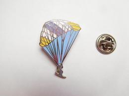 Superbe Pin's En EGF , Parapente , ULM , Deltaplane , Signé Démons & Merveilles - Other