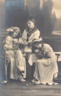 TROIS ENFANT QUI CALINENT DES CHATS CIRCULEE 1914 - Scenes & Landscapes