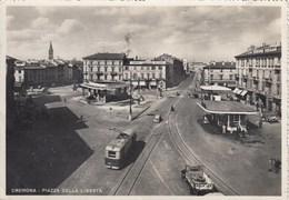 CREMONA-PIAZZA DELLA LIBERTA-FILOBUS-BUS-CORRIERA-DISTRIBUTORE BENZINA-VERA FOTOGRAFIA- VIAGGIATA IL 26-10-1954 - Cremona