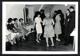 Photo Ancienne 60's Snapshot 12 X 9 - Danse Au Son De La Platine Disque Sh78 - Anonymous Persons