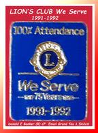 SUPER PIN'S LIONS CLUB : 100% Attendance WE SERVE 1991-1992, Email Grand Feu Base Or DONALD E BANKER (R)CP 2X1,5cm - Associations