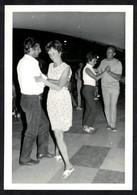 Photo Ancienne 1968 Snapshot 12 X 9 - Couples En Train De Danser Sh94 - Anonymous Persons