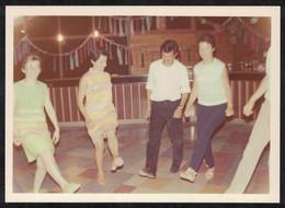 Photo Ancienne 1968 Snapshot 12 X 9 - Hommes Et Femmes En Train De Danser Sh101 - Anonymous Persons