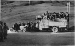 """08411 """"AUTO, ED AUTOCARRO ANNI '20 CON PASSEGGERI IN ABITI DEL SUD TIROL - STRUMENTI A FIATO SULL'IMPERIALE"""" FOTO  ORIG. - Automobili"""
