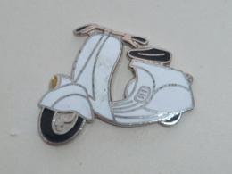 Pin's VESPA BLANC - Motos