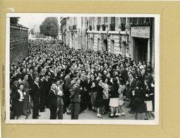 La France Sous Le Régime De Vichy . PARIS  Le Baccalauréat , Rue Abbé De L'épée , La Foule - Places