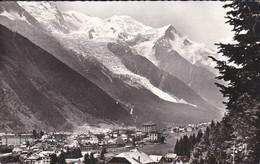 74-----CHAMONIX--vue Générale Et Massif Du Mont-blanc--voir 2 Scans - Chamonix-Mont-Blanc