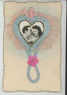 FEMMES - FRAU - LADY - Jolie Carte Fantaisie Avec Ajoutis Tissu Couple Amoureux Dans Coeur - Women